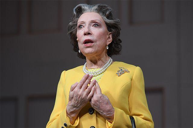 Инна Чурикова в роли Королевы Елизаветы II в сцене из спектакля «Аудиенция» в Театре Наций в Москве. 2017 г.