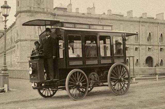 Первый электробус Ипполита Романова в Гатчине.