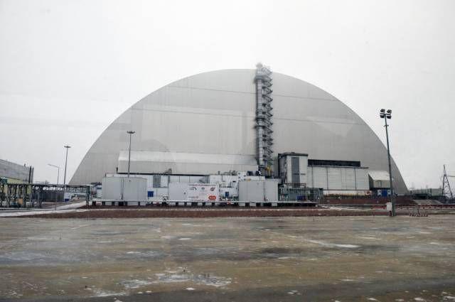 Саркофаг над разрушенным в результате аварии 4-м энергоблоком Чернобыльской АЭС.
