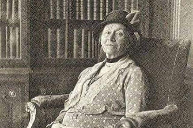 Это та самая Алиса, которая вдохновила Льюиса Кэрролла на написание знаменитых сказок «Алиса в Стране чудес» и «Алиса в Зазеркалье».