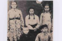 «На групповом фотоснимке, сделанном в далеком 1947 г., нас только пятеро: старшая сестра Дуся, тетя Анюта, сестра Мария и мы с братом Митей. Нет только самых дорогих наших людей: отца, матери и старших братьев».