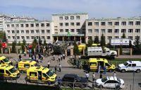 Сотрудники правоохранительных органов и медики у школы в Казани, в которой произошла стрельба.