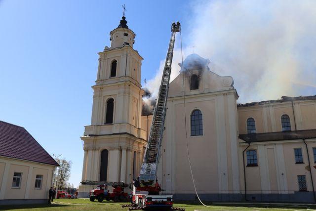 Огонь повредил крышу костела в Будславе.