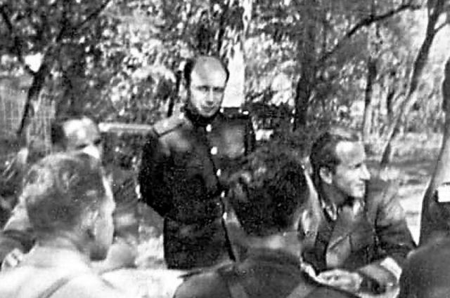 Константин Квашнин (в центре кадра) на совещании в Ставке Броз Тито. Югославия, февраль 1944 г.