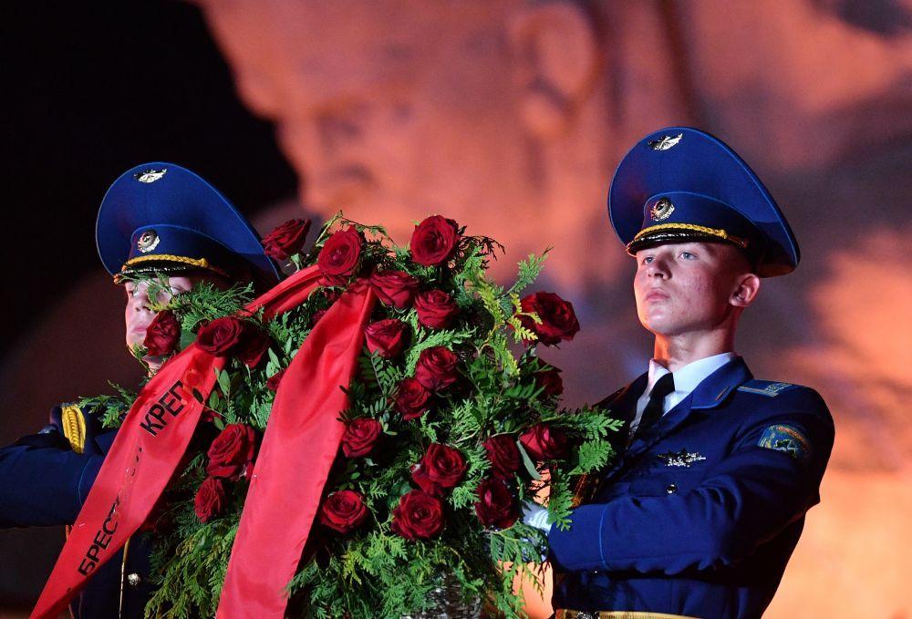 Военнослужащие роты почетного караула возлагают цветы во время мероприятий, посвященных 80-летию началу Великой Отечественной Войны.