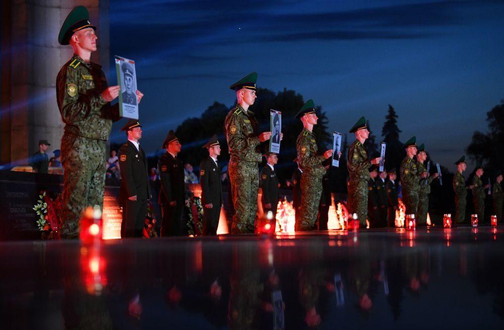 Военнослужащие держат в руках портреты защитников Брестской крепости во время мероприятий, посвященных началу Великой Отечественной Войны.