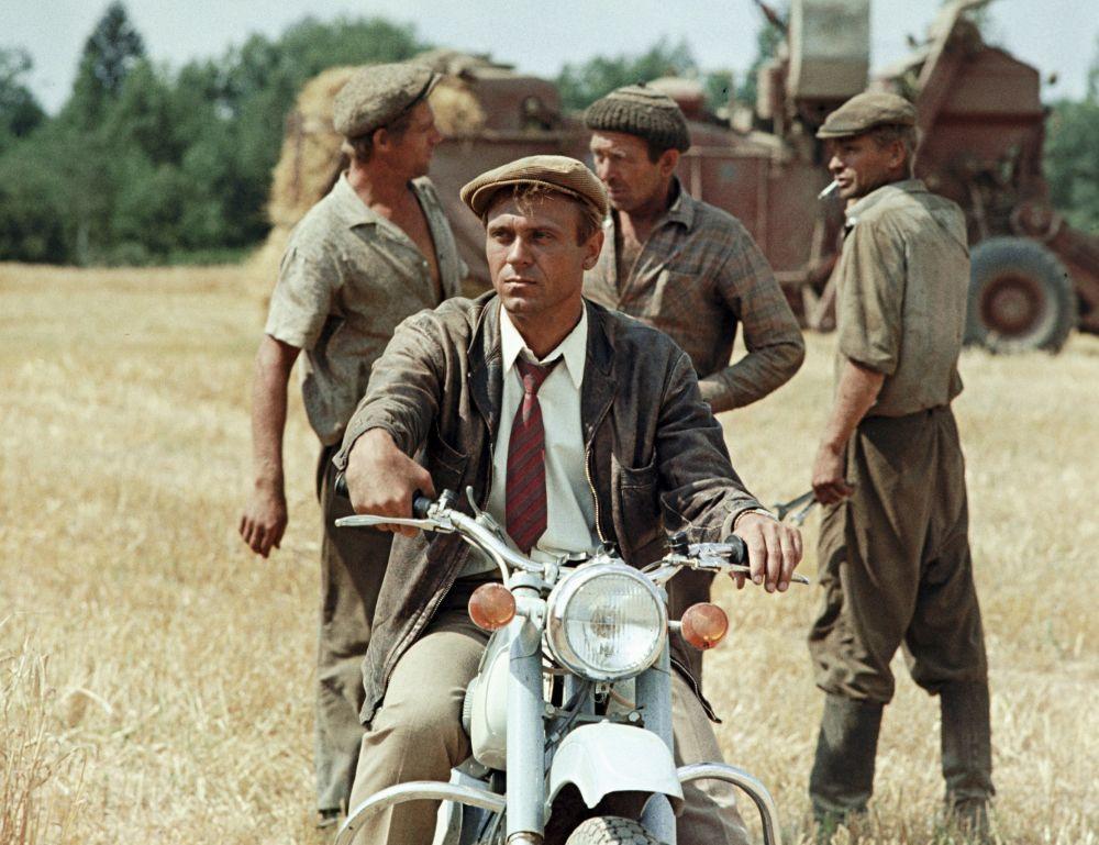 Владимир Меньшов роли Семёна Боброва в кадре из фильма «Человек на своем месте», 1973 год
