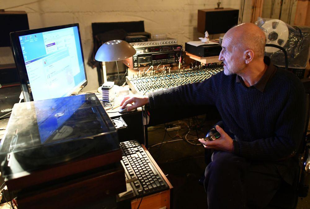 Рок-музыкант и актер Петр Мамонов во время интервью в собственной студии звукозаписи в своем частном доме в Подмосковье (2017 год)