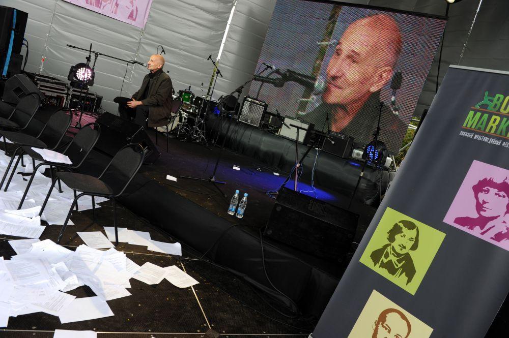 Пётр Мамонов во время презентации своей книги миниатюр «Закорючки» на книжном фестивале BookMarket в Центральном парке культуры и отдыха имени М.Горького (2011 год)