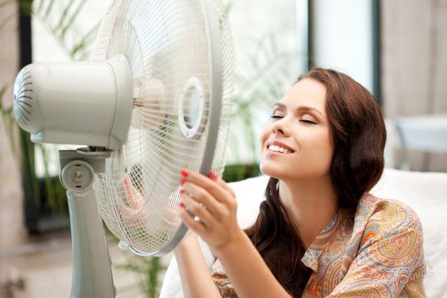Очень многие в жаркую погоду спасаются при помощи вентилятора.