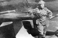 Пилот Лидия Литвяк у своего истребителя. 1943 год.