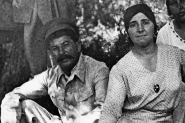 Иосиф Джугашвили (Сталин) и его жена Надежда Аллилуева. Сочи. 1932 год.