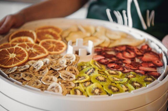 Удобнее всего сушить продукты в овощесушилках.