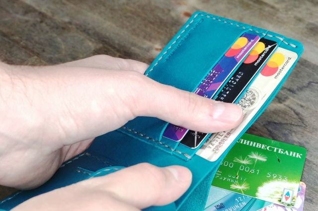Сумма за обслуживание трех карт может доходить до 50-100 руб. в год.