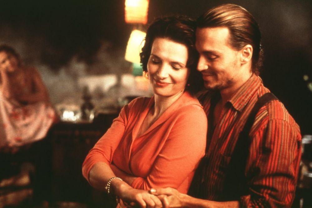 «Шоколад» (2000). В маленьком французском городке женщина по имени Виенн открывает лавку с волшебным шоколадом и начинает менять к лучшему жизни своих новых соседей. Фильм «Шоколад» - это америко-британская мелодрама от режиссера Ласе Хальстрёма, снятая по сюжету одноименного романа английской писательницы Джоанн Харрис. Фильм был номинирован на премию «Оскар» в 2001 году в пяти категориях.