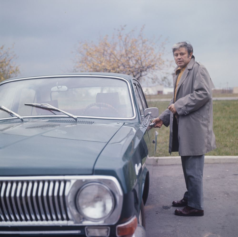 Советский актёр театра и кино Донатас Банионис («Солярис», «Берегись автомобиля») со своим автомобилем «Волга», 1971 год