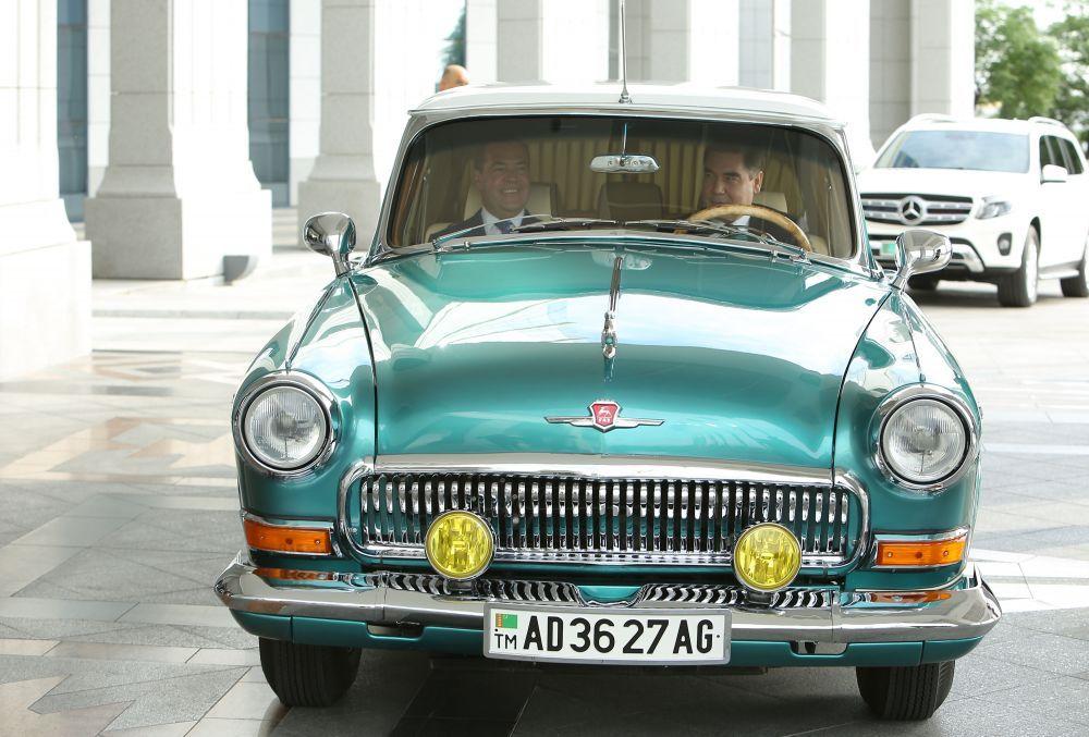 Премьер-министр РФ Дмитрий Медведев и президент Туркменистана Гурбангулы Бердымухамедов в автомобиле ГАЗ-21 перед заседанием Совета глав правительств СНГ (31 мая 2019 года). Туркменский лидер был за рулём раритетной ГАЗ-21 «Волга»